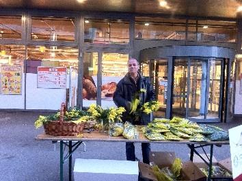 Blonay, vendredi 27 janvier à 16h00, -5 °C sous couvert ... Bertrand installe le stand et la vente démarre !
